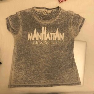 Super snygg grå t-shirt med tryck