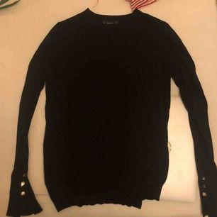 Snygg svart stickad långarmad tröja 😍 Köparen står för frakten💞