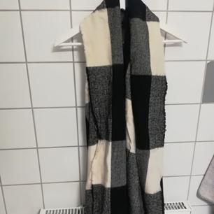 Stilren halsduk med häftigt mönster.