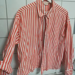 Nästintill oanvänd skjorta i fin färg, lite kortare.