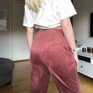Säljer dessa mocka liknande byxorna från Zara som är i en avslappnad modell i storlek S. Byxorna är i bra skick då jag inte använt dem så mycket. Köparen står för frakt.