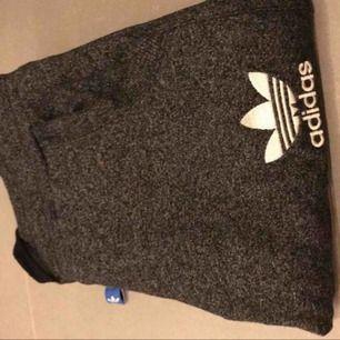 Adidasbyxor (mjukis) grå