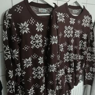 Matchande jultröjor i storlek XL och M. På bilden ser dom bruna ut men de är mer åt det lila hållet. Vindruva/väldigt mörk brun.
