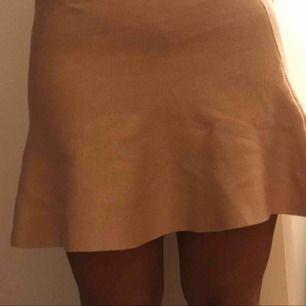 Kjol från bikbok i rosa aktig färg! Utsväng där nere & tajt upptill. Fraktas eller möts upp i Göteborg