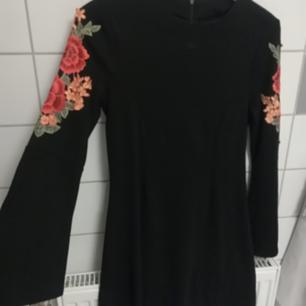 Oanvänd klänning med fina detaljer och figursydd. Köpt för 499kr.