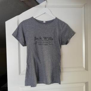 Basic T-shirt i skönt material i storlek S.