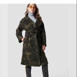 Militär kappa i ylle från NAKD. Använd en gång så som ny!  Säljs fortfarande på hemsidan för 1500kr. Storlek S men passar fint som M likaså.