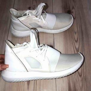 Adidas tubular defiant vita sneakers i storlek 39 1/3. Nypris 800. Möts upp i Växjö eller skickas mot frakt.
