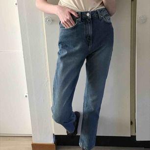 Jeans från Weekday i modellen Seattle! W26 L28. Jag har normalt 26 i jeans men dom är stora i storleken så passar strl 27. Hög midja raka ben. Frakt tillkommer! Har på mig storlek 25 på bilderna för att visa hur dom sitter 🥰