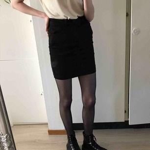 Tight svart kjol från Missguided. Står storlek 36 men sitter perfekt på mig som har storlek 34. Superskön och fin passform. Har fickor 70kr+frakt