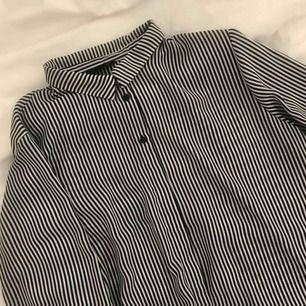 Otroligt fin randig blus från Monki - ser bra ut knuten och utsläppt 💕✨ står att det är en Large men skulle säga mer utav en Medium ! Meddela mig vid frågor och innan köp 🌿