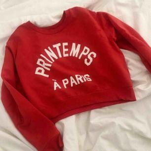 """Croppad röd sweatshirt """"Printemps à Paris"""" (vår i Paris) från H&M 🌹🌿 meddela mig innan köp och vid frågor!"""