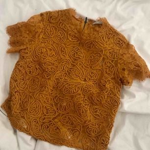 Senapsgul broderad/spets topp från Zara ☀️ väldigt fin och passar till det mesta, den blir tyvärr använd för lite hos mig ! Meddela mig innan köp och vid frågor🌿