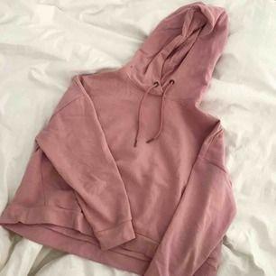 Sportig croppad sweatshirt från ETIREL ✨ knappt använd men superskön och snygg till vardag och träning !! Meddela mig vid frågor och innan köp ! Köpare står för frakt !!