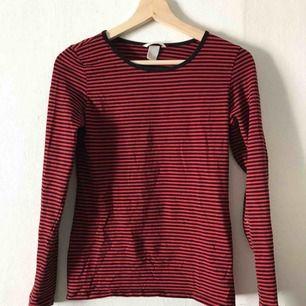 Svart/röd-rutig tröja från H&M. Snygg som den är annars perfekt att ha under en t-shirt! 50kr+frakt