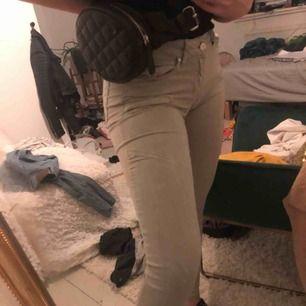 Super snygga och sköna byxor från Gina tricot. Kostade 600 nya och har tyvärr sällan kommit till användning. Vet ej vad frakten går på.