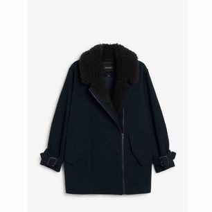 Superfin oversized kappa från Monki! Aldrig använd! Säljer pga lite för stor för mig så skulle säga att den absolut passar en med stl S. Kan skickas mot att köparen betalar frakt