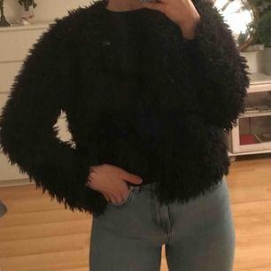 Svart fluffig jacka/kofta från Gina Tricot. Kan mötas upp i Karlskrona, annars står köparen för frakt.