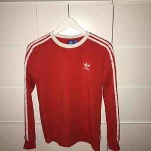 Röd tröja från Adidas. Kan mötas upp i Karlskrona, annars står köparen för frakt.