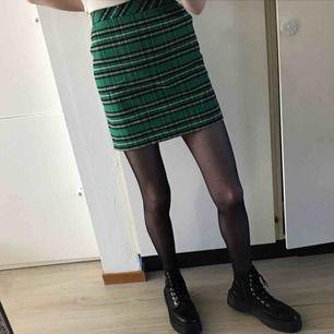Grönrutig kjol från Zara. Storlek 34. SåååÅ snygg men använder den för sällan Dyr i inköp, tror den kostade 300+kr 150kr+frakt
