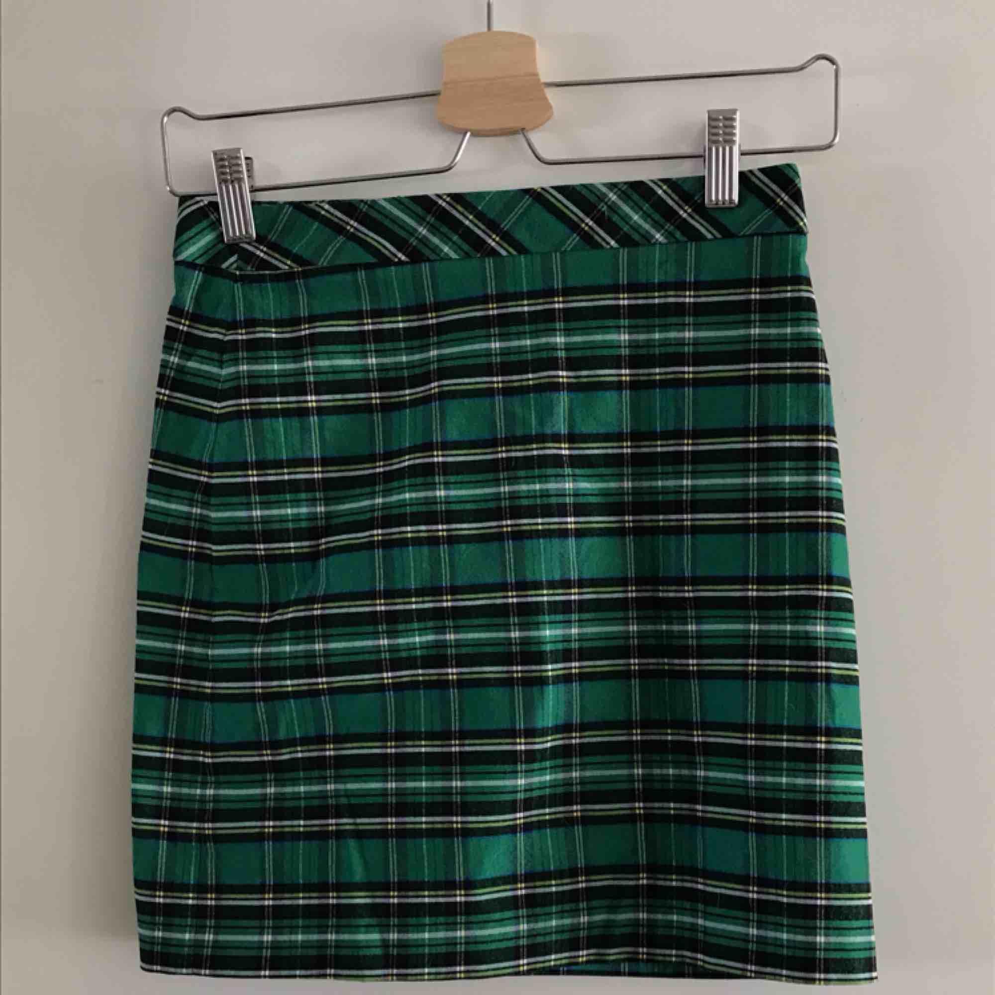 Grönrutig kjol från Zara. Storlek 34. SåååÅ snygg men använder den för sällan Dyr i inköp, tror den kostade 300+kr 150kr+frakt. Kjolar.