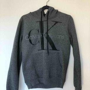 Calvin Klein hoodie i small✨inte äkta! Använd bara 1 gång✨säljer pga Fick som present och den är lite för liten för mig!