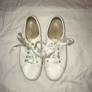 Vita skor som är ganska använda, men fortfarande jättefina med gullig snörning. Kan mötas upp i Karlskrona, annars står köparen för frakt.