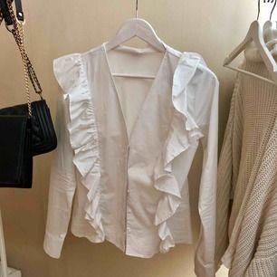 Jättefin vit blus, passar bra till jobb och till middagar! Använd 1 gång.