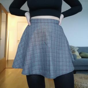 Kjol från American Apparel! Använd 1 gång. Storlek medium men passar mer som en small :)   Skickar mot frakt på 39kr. Kan mötas upp i Stockholm :)