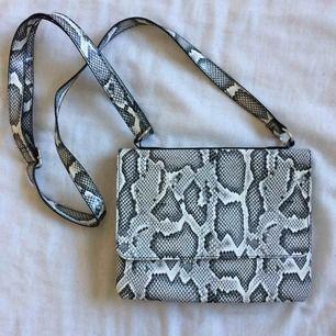 Väska från Monki! Köparen står för frakt:)
