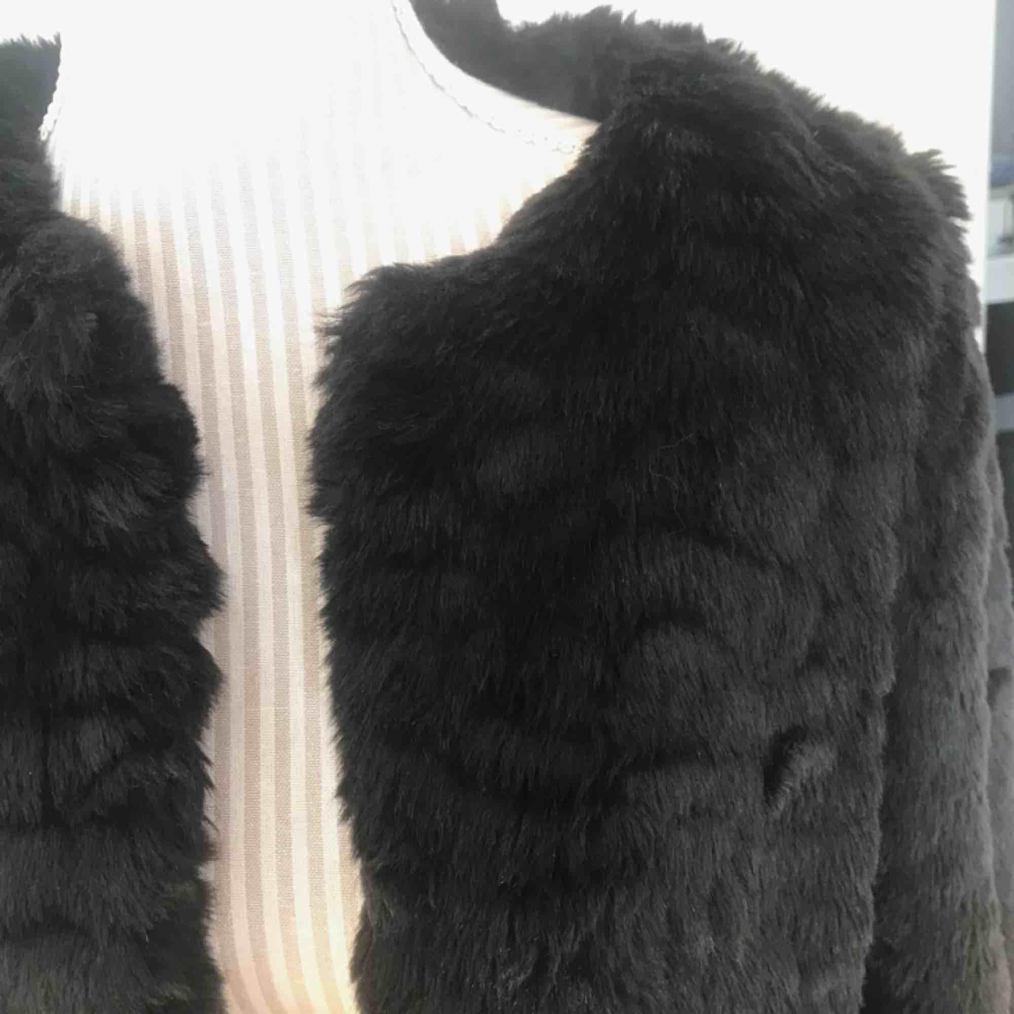 Svart pälsjacka från ZARA i fint skick och coolt mönster! Fakepäls! Frakt på 100 kr tillkommer!. Jackor.