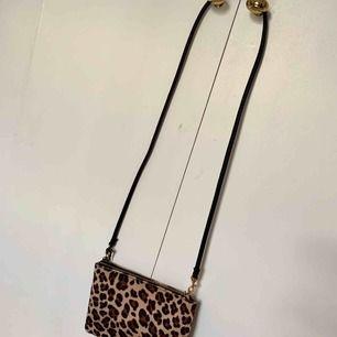 Leopardväska från hm. Används tyvärr inte längre.  Möts i Stockholm eller frakt tillkommer
