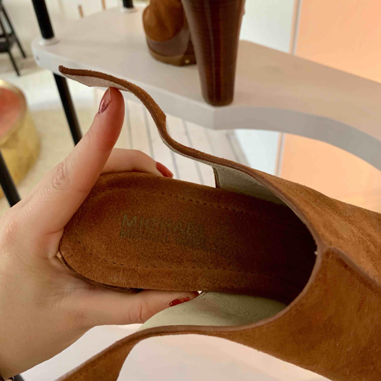 Michael kors skor i mocka köpta när jag bodde i new york. Använder för sällan så hoppas de gör mer nytta hos någon annan! Nypris ca 2000kr säljer för 600kr pga liten skada på baksida av klacken.  Möts i Stockholm eller fram tillkommer . Skor.