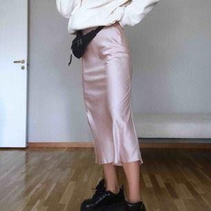 """Slip siden kjol från Asos Design. Aldrig använd förutom på bilderna! Sitter superfint och smickrande midi längd. Går att både klä upp och ner till vardags🖤🥀 Sista bilden är från hemsidan. Färgen heter """"off white"""""""
