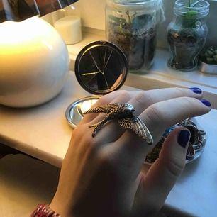 Stor ring i form av en svala, sitter på ett finger, nyköpt