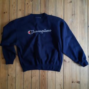 Mörkblå Champion-tröja i storlek M. Kan mötas upp i Sthlm eller skicka, köparen betalar frakt.