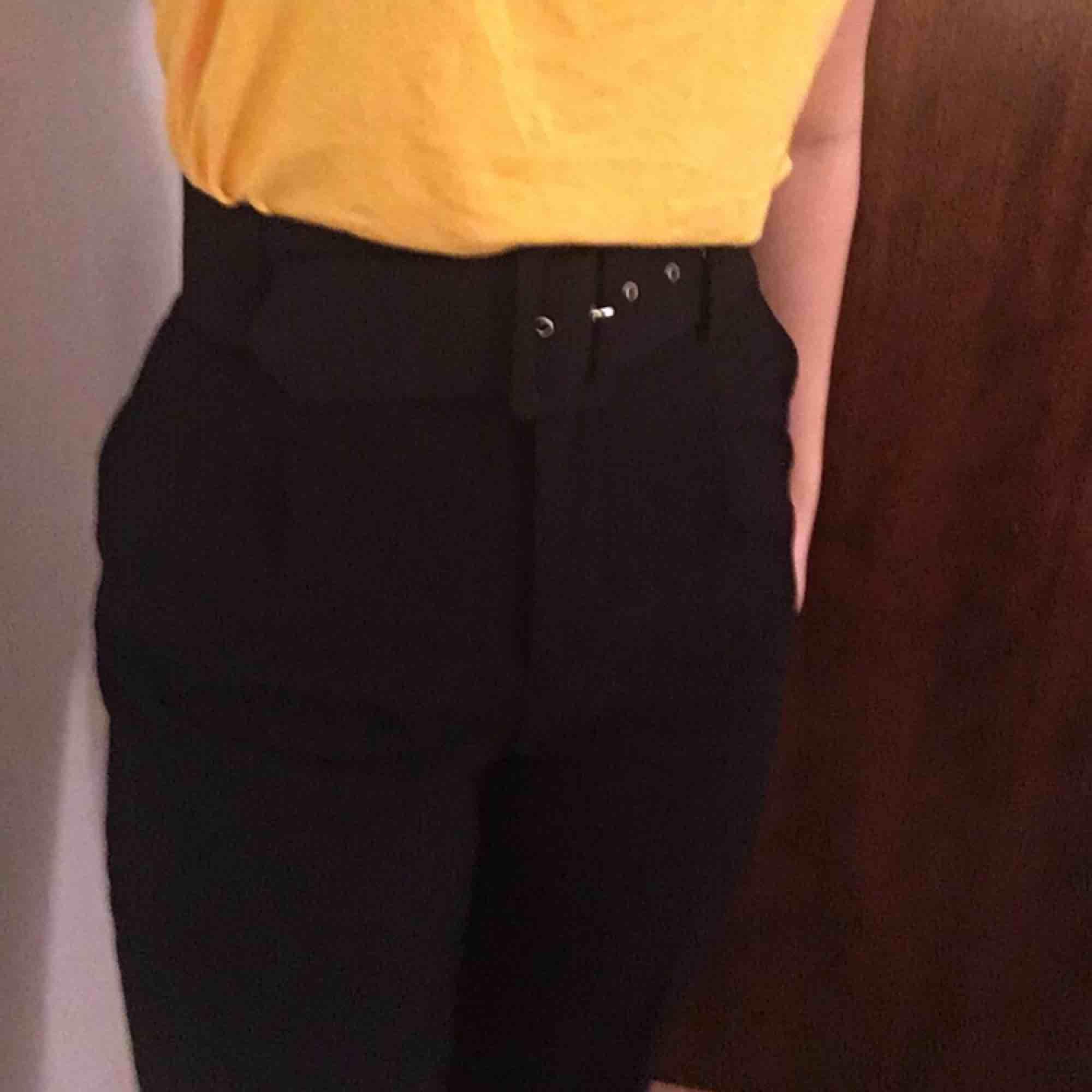 Mycket fin byxa med ett skärp. . Jeans & Byxor.