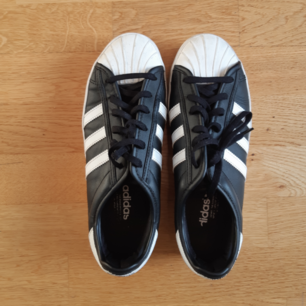 Adidas superstar med platå. Lite slitet på vä sula
