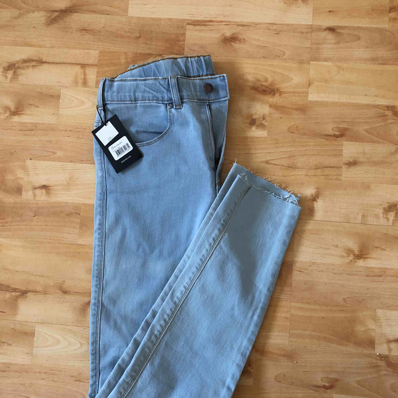 Oanvända Dr.Denim i stl L, men passar istället en tight medium (därav säljs dom.) Prislappen sitter fortfarande kvar.  Original pris: 399kr. Jeans & Byxor.