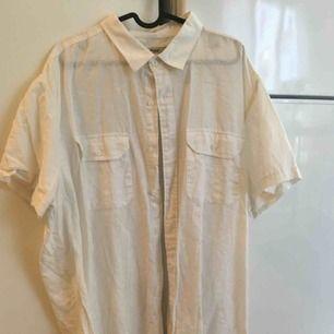 Kortärmad skjorta köpt secondhand men står dressman på lappen. Jag som har small har använt den oversized som antingen en klänning eller över något annat.