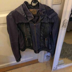Skin och jeansjacka i en sliten design knappt använd, passar perfekt som vårjacka