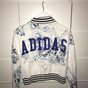 Croppad kofta från Adidas, jättefin! Kan mötas upp i Karlskrona, annars står köparen för frakten.