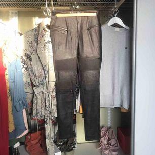 Säljer dessa knappt använda faux läderbyxår från Only. För små för mig..:(