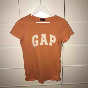 Orange tisha från Gap köpt på Zalando. Frakt ingår i priset.