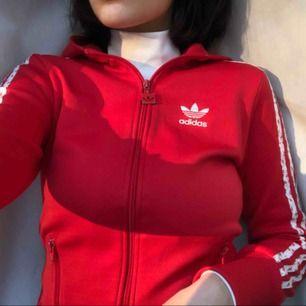 Röd Adidas hoodie med luva i strl S