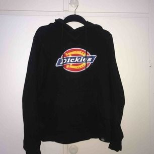 En dickies hoodie i bra skick 🥰 säljer pågrund av att den tyvärr inte används!