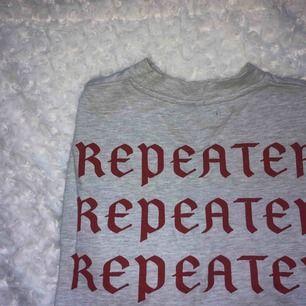 Grå sweatshirt från carlings med text på ryggen, använd fåtal gånger. Den har tre par små färgfläckar på ärmen(!)  Kan frakta eller mötas upp i kalmar. ✨  Pris kan diskuteras???