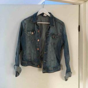 Vanlig jeansjacka perfekt till våren! Frakt ingår ej💘