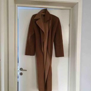 Supersnygg kappa från Zaras vårkollektion för några år sedan. Tunn men perfekt för en hoodie under. Frakt ingår ej💘
