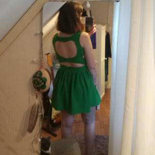 Sjukt söt grön klänning med öppning i ryggen. Mycket bra skick. Köparen står för frakt, eller så kan jag mötas upp i Kalmar. Tar swish 🌟
